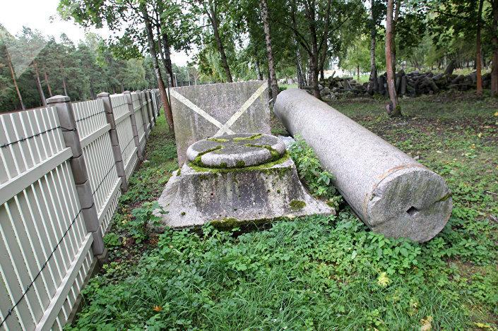 Фрагменты Колонны Победы, ее постамента и ограждения неподалеку от рижского крематория