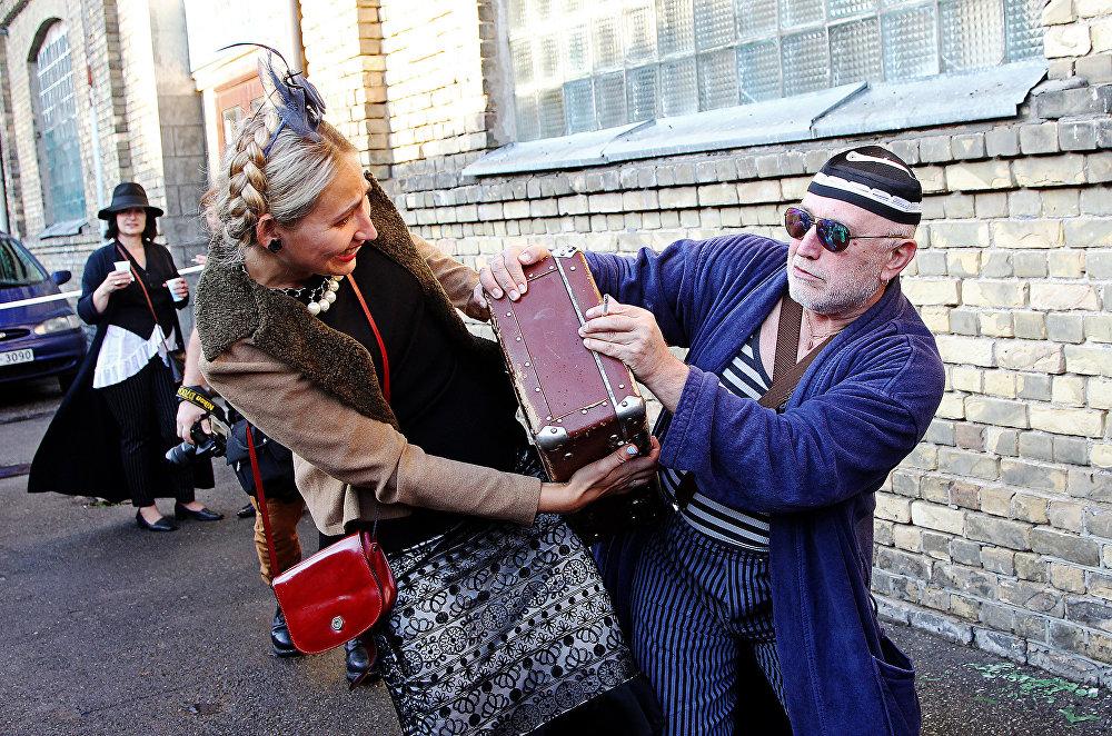 Разрешите, мадам, поднести кофер вам, пока пристав уехал по делам