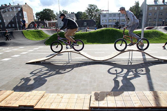 На велотреке могут кататься не только велосипедисты,но и роллеры, скейтеры и любители самокатов