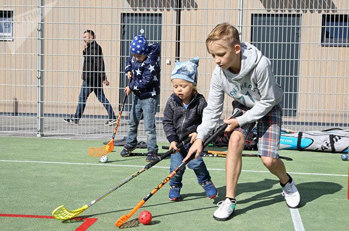 Сын мэра Риги Том на площадке для флорбола