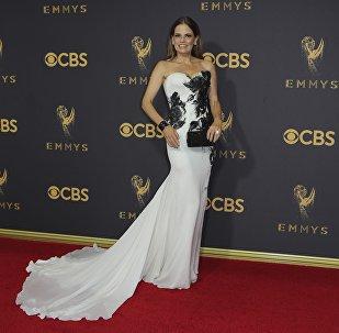 Сюзанн Крайер позирует на 69-й церемонии Emmy в Лос-Анджелесе