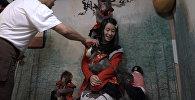 Официанты-макаки развлекают гостей в одном из японских баров