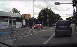 Робот-доставщик против автомобиля