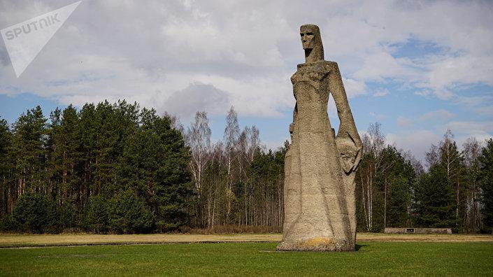 Фигура Мать - женщина укрывающая детей
