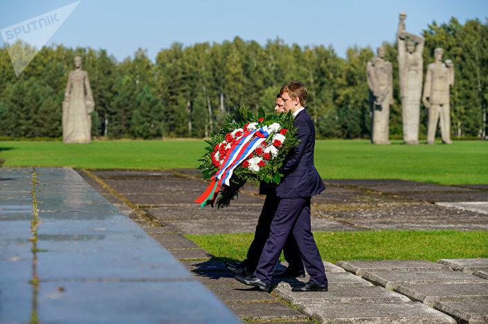 В день освобождения концентрационного лагеря Саласпилс дипломаты Белоруссии и России и представители общественных организаций возложили цветы к мемориалу в Саласпилсе