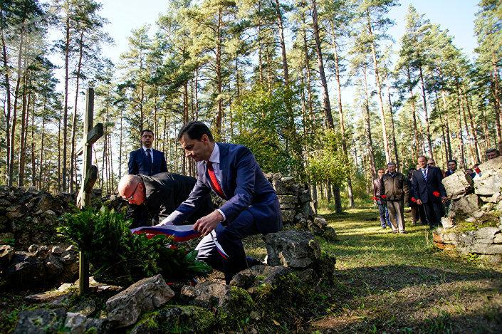 Дипломаты Белоруссии и России возложили цветы на Гарнизонном кладбище в Саласпилсе