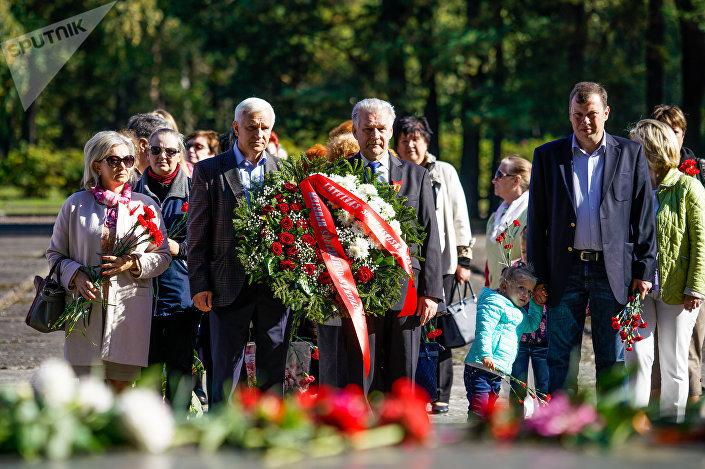 Цветы и венок от Социалистической партии Латвии
