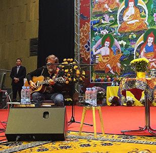 Борис Гребенщиков спел для Далай-ламы