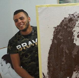 Художник рисует кофейно-солевые картины