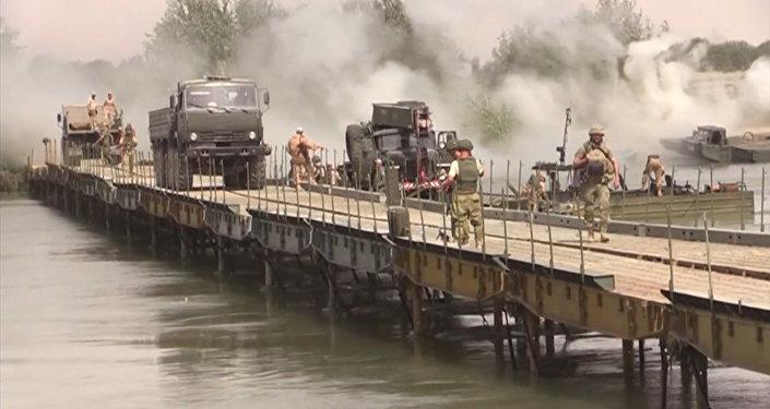 Российские военные возвели мост через Евфрат для перевозки техники