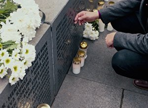 Свечи памяти зажгли в Таллине у монумента погибшим на пароме Эстония