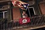 Мужчина на балконе с флагом Каталонии