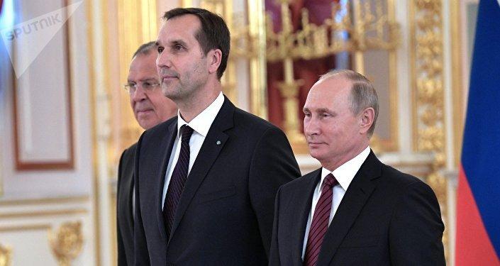 Посол Латвийской Республики Марис Риекстиньш (в центре) на церемонии вручения верительных грамот послов иностранных государств