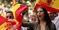 Протестующие во время демонстрации против независимости в Каталонии
