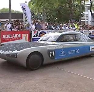 Tikai Austrālijā: superkāri ar Saules akumulatoriem