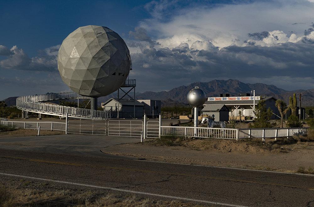 Ēka, kas atgādina golfa bumbiņu, tika uzcelta 70. gados Arizonā naktskluba vajadzībām, taču jaunie īpašnieki pielāgoja to dzīvei un pārvērta par atrakciju tūristiem 66. zona, kas atgādina par slaveno armijas bāzi 51. zona, kas ASV simbolizē valdības noslēpumus par ārpuszemes sakariem.