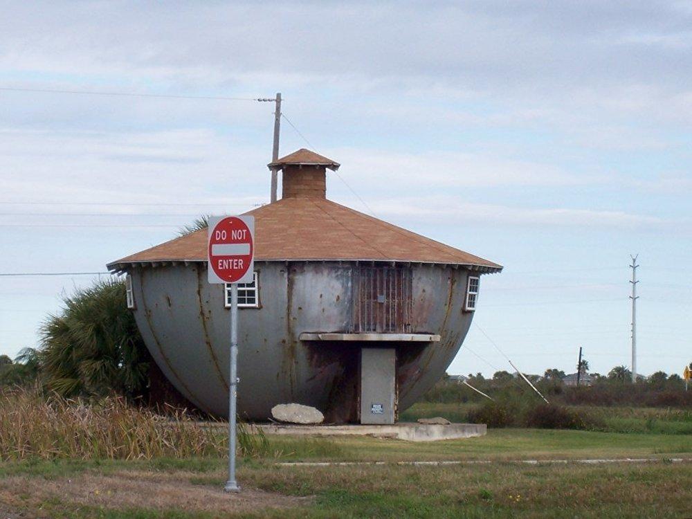 Teksasā celtās ēkas autors nav profesionāls arhitekts – viņš strādā naftas kompānijā, kas projektē tvertnes naftas produktu glabāšanai. Tērauda mājā kāds dzīvo, taču nav zināms, kas.