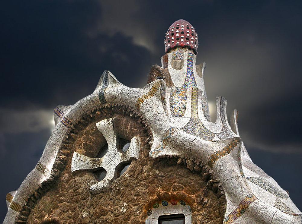 Slavenā katalāņa Antonio Gaudi lolojumu UNESCO atzinusi par pasaules mantojumu. Diemžēl no 70 ēkām, kas bija iecerētas kompleksā, uzceltas tikai divas.
