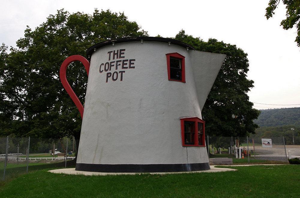 Pēc arhitekta Berta Kunca ieceres, 1927. gadā kafijkannas izskatā celtajai ēkai bija jāpievilina apmeklētāji tuvējā degvielas uzpildes stacijā. Vēlāk šeit tika iekārtots bārs un viesnīca.