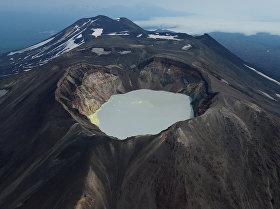 Leģendāra vieta Kamčatkā – aktīvais vulkāns Malij Semjačik, kura krāterī izveidojies ezers. Tā ūdeņi satur sālsskābi, sērskābi un citas vielas, tāpēc ir ārkārtīgi toksiski.