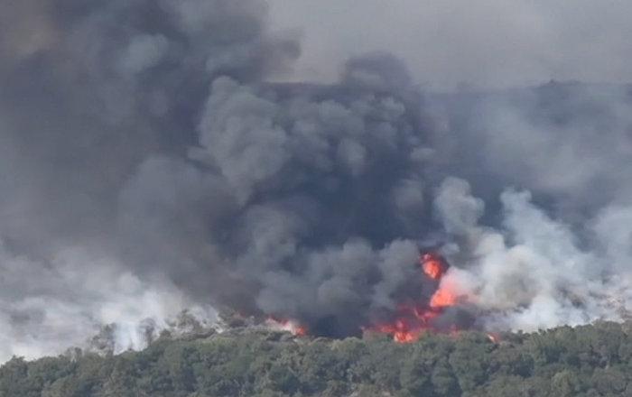 Съемка с воздуха природного пожара в Калифорнии