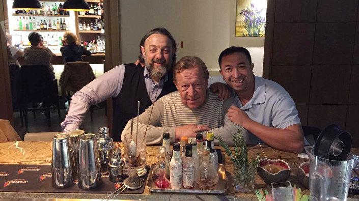 Легендарные бармены Юрий Силов (в центре) и Рубен Панасян (справа)
