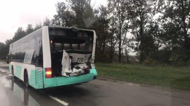 Бронемашина Сил обороны врезалась в автобус в Таллинне