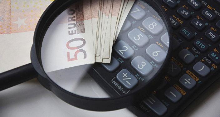 Купюры евро и калькулятор