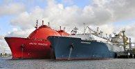 Gāzes glabātavas kuģis Independence un tankeris LNG