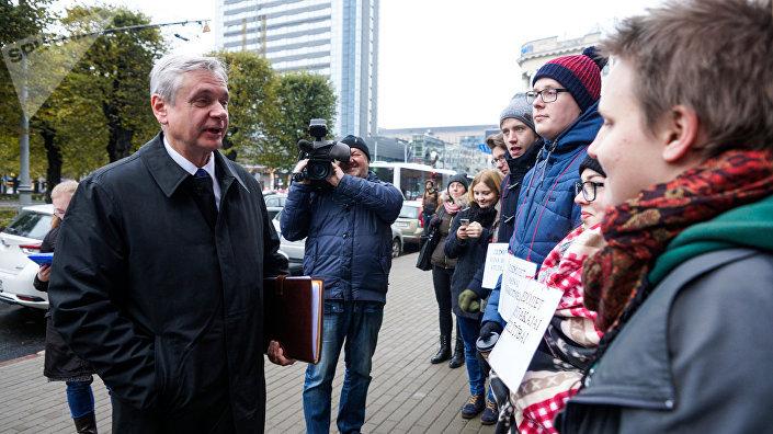 Карлис Шадурскис пообщался с протестующими студентами