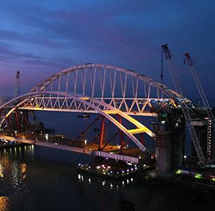 Вечерние кадры подготовки автодорожной арки Крымского моста к подъему