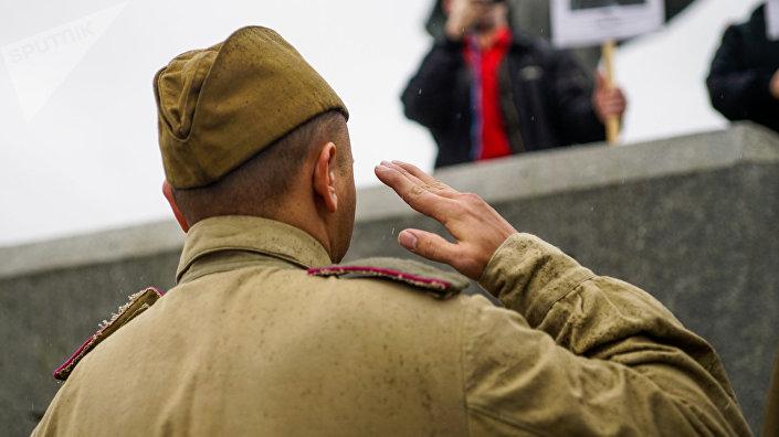 В день освобождения Риги от немецко-фашистских захватчиков у памятника Освободителям