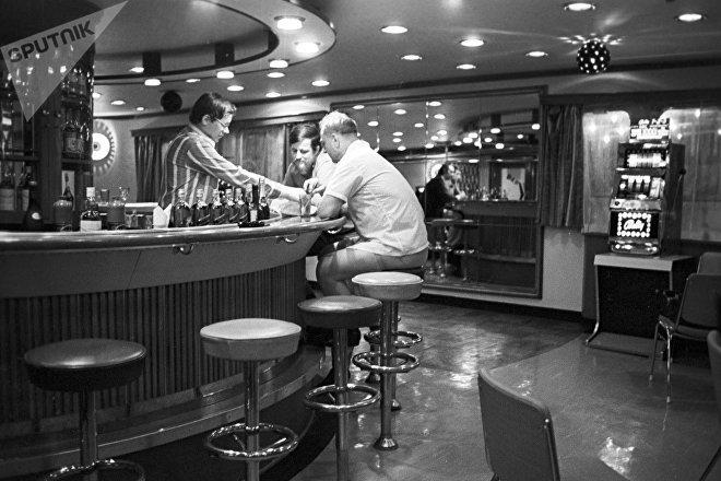 В баре речного пассажирского теплохода