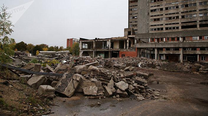 Разрушенный переход между зданиями
