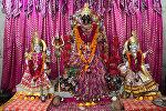 Богиня Кали рядом с другими образами Богини - Лакшми и Сарасвати