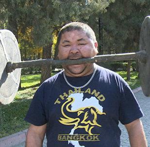 Spēkavīrs no Kirgīzijas iesit naglas ar pieri un ceļ hanteles ar zobiem