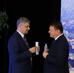 По завершении заседания президент РЖД Белозеров и президент ЛЖД (LDz) Эдвинс Берзиньш 20 минут беседовали тет-а-тет