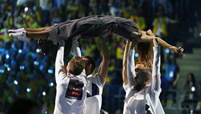 Участники церемонии закрытия XIX Всемирного фестиваля молодёжи и студентов в Сочи.