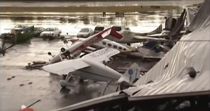 Spēcīga vētra ASV izmētājusi lidmašīnas kā skaidiņas