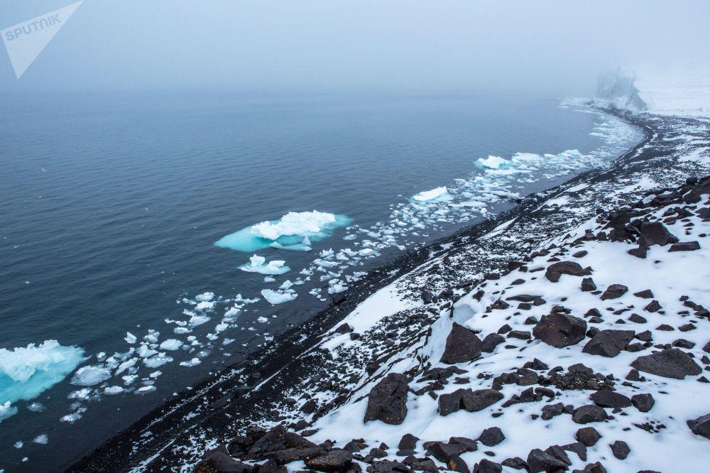 Берег острова Земля Георга архипелага Земля Франца-Иосифа