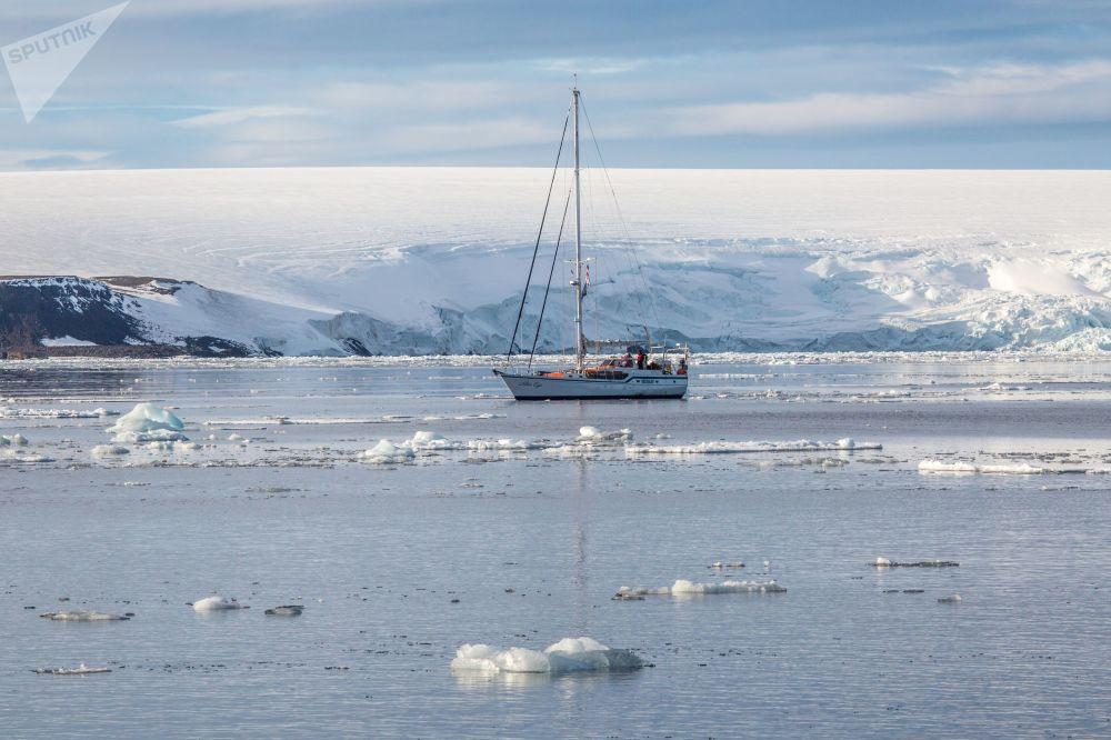 Экспедиционная яхта Alter Ego рядом с ледниками острова Брюса архипелага Земля Франца-Иосифа