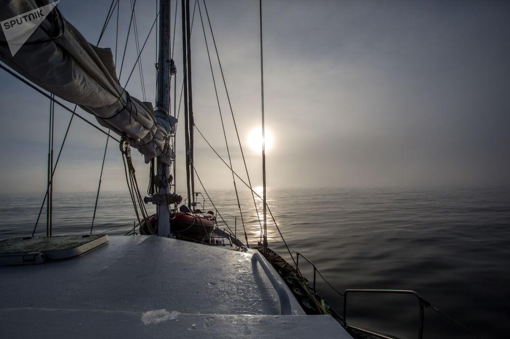 Полярная экспедиционная яхта Alter Ego в тумане между островов архипелага Земля Франца-Иосифа