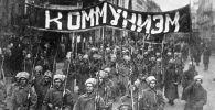 Zaldātu kolonna ar saukli Komunisms iet pa Nikolas ielu Maskavā. 1917. gads
