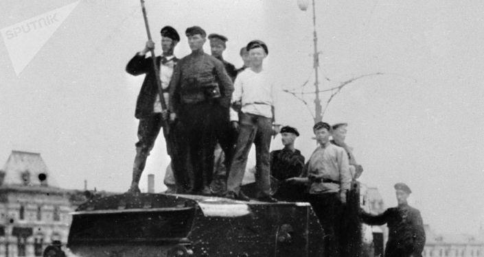 Рабочие на броневике на Красной площади в Москве, 1917 год
