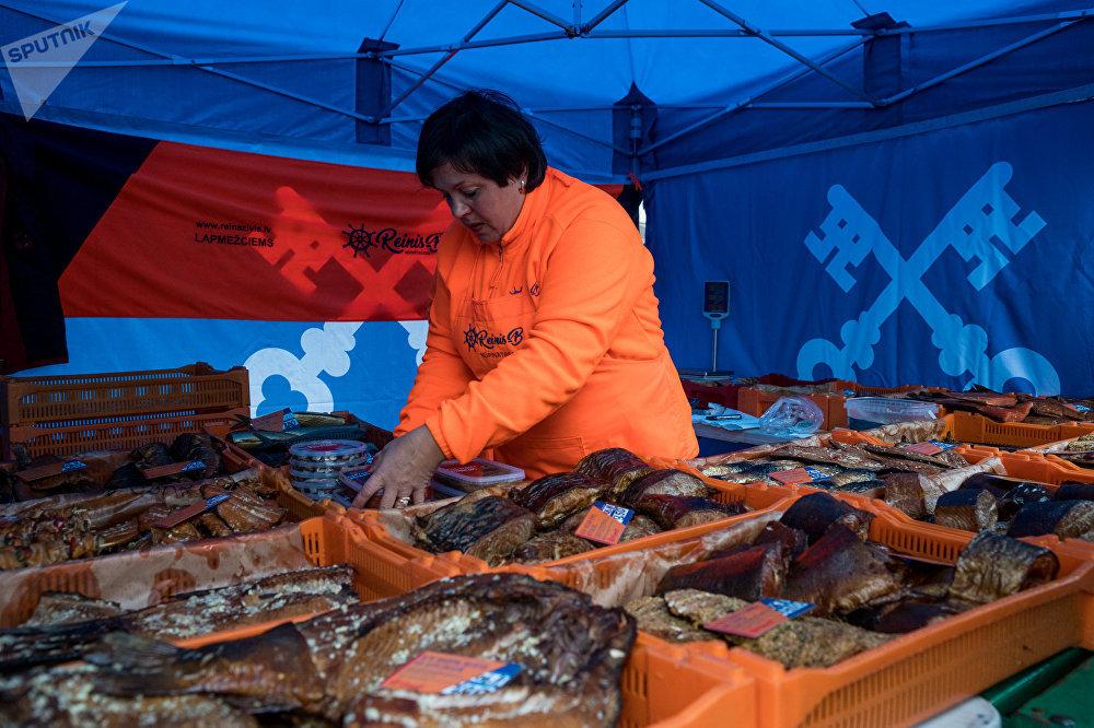 Kūpināta zivs Centrāltirgus Zivju dienā
