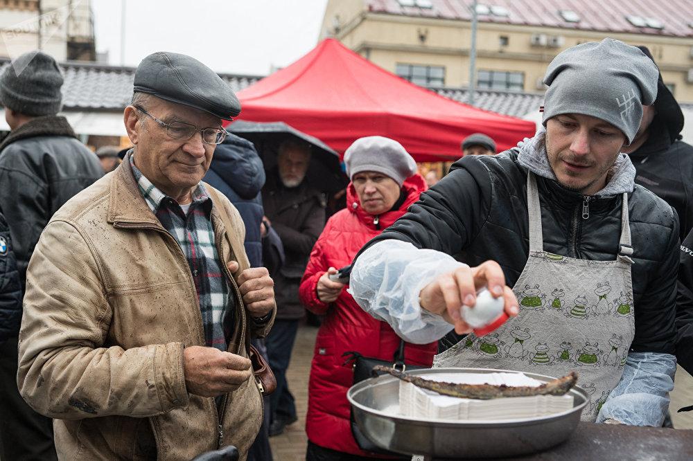 Apmeklētājiem bija iespēja degustēt uz oglēm ceptu nēģi