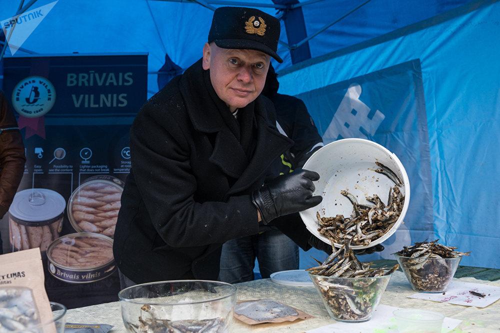 Zivju pārstrādes uzņēmuma Brīvais Vilnis vadītājs Arnolds Babris demonstrē jaunu produktu – kaltētas šprotes