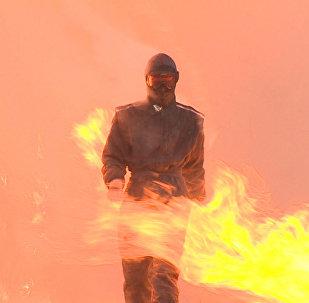 Krievijas bruņoto spēku pārstāve izgājusi cauri ugunij un sprādzieniem jaunā ekipējumā