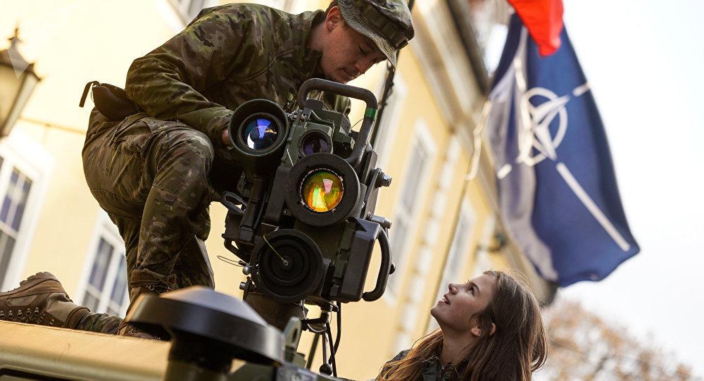 Испанский военный показывает девушке противотанковую ракету SPIKE