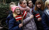 Дети с латвийскими флажками